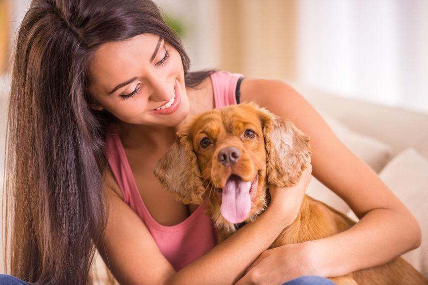 Fille dans la solitude avec chien