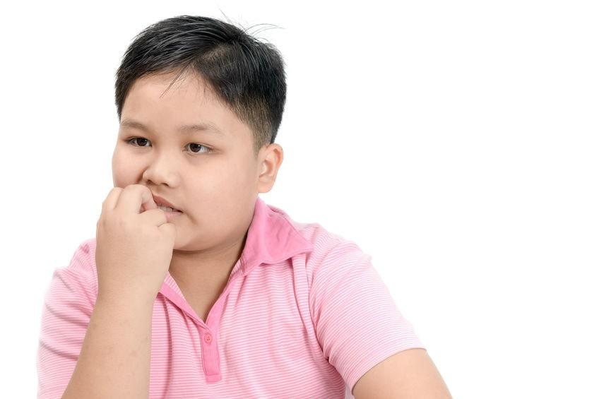 Un enfant en train de manger ses ongles