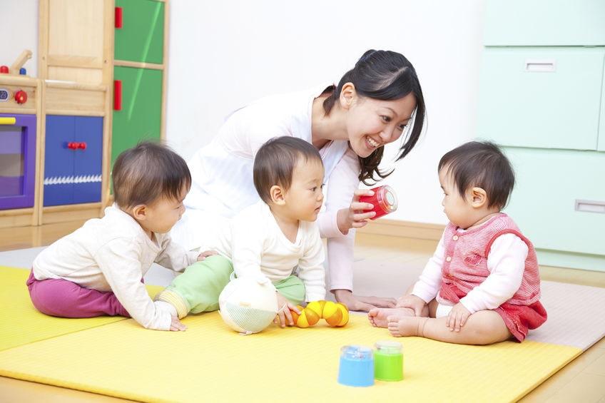 Une nounou jouant avec des enfants