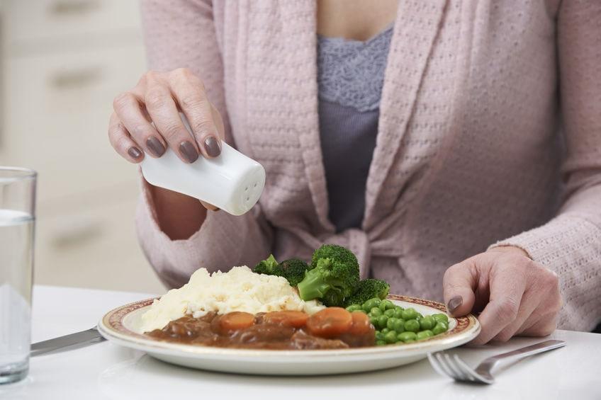 Mettez moins de sel dans vos aliments afin d'avoir une belle peau