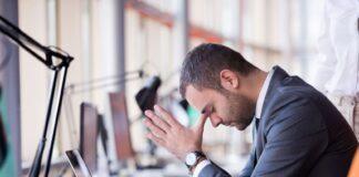 homme stressé au bureau