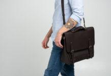 homme tatoué avec un sacoche
